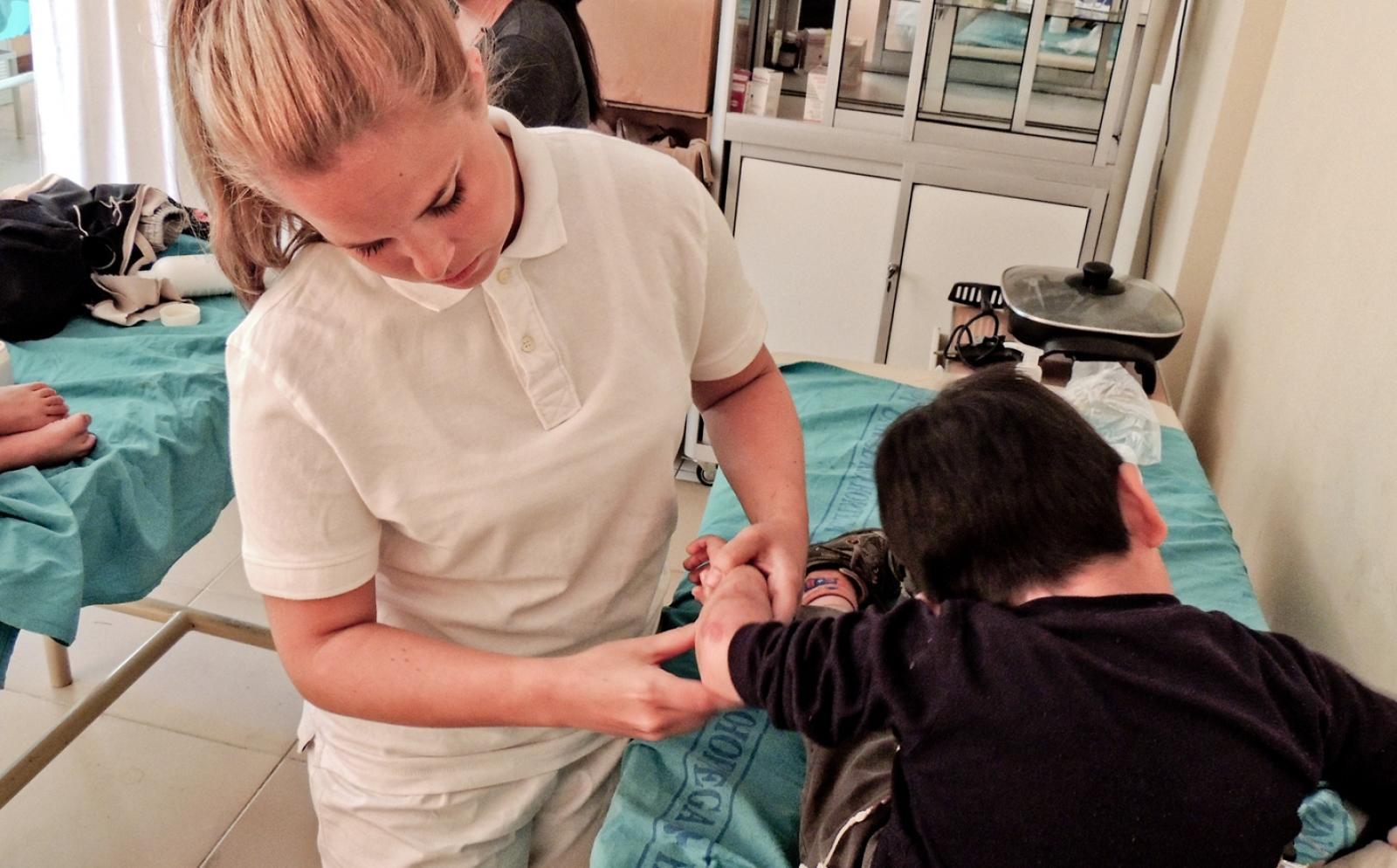 発展途上国の病院で小児患者をサポートする理学療法インターン